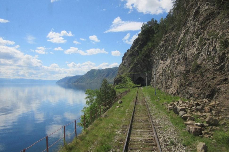 Железная дорога вдоль берега